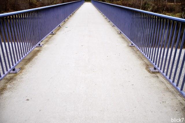 blaues Brückengeländer