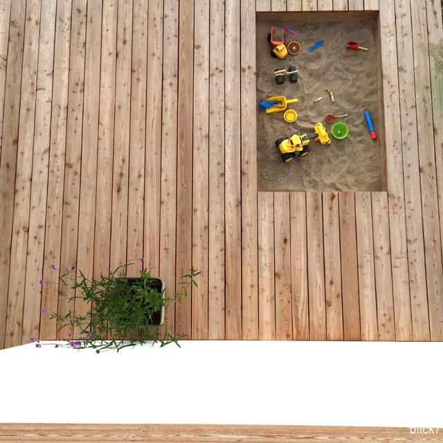 ein sandkasten in der terrasse mini montag blick7. Black Bedroom Furniture Sets. Home Design Ideas
