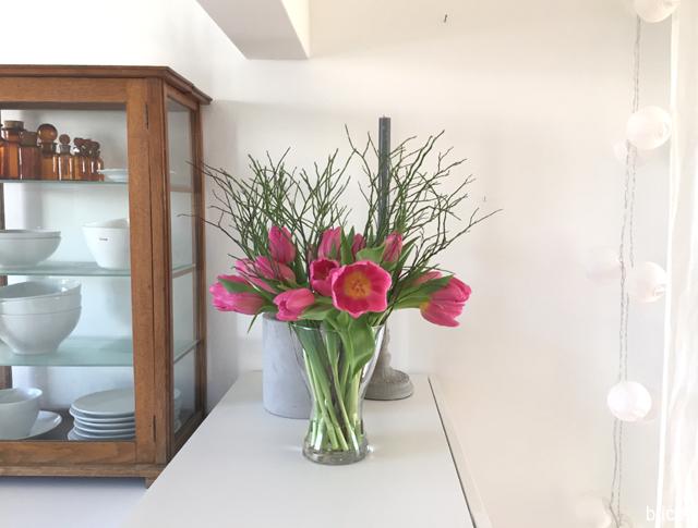 frische Tulpen auf der Küchenanrichte | by blick7