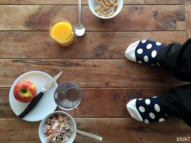 happy socks Füße auf dem Frühstückstisch | by blick7