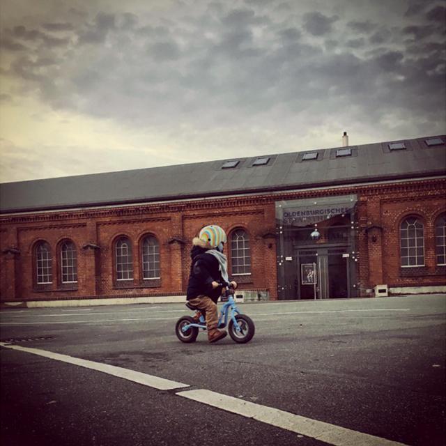 Oldenburg Theater Laboratorium mit Kind auf Fahrrad