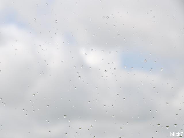 Regentropfen an Fensterschreibe