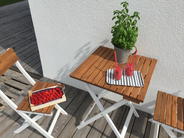 Erdbeeren und Wassermelonenslush auf der Terrasse