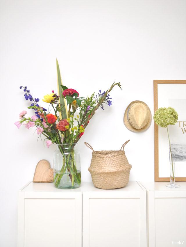 großer Blumenstrauß mit Glasvase