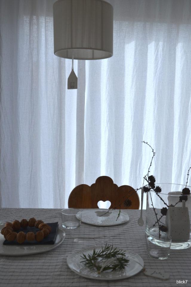 Weihncahtstafel - Tischdeko mit Walnüssen, Rosmarin und Lärchenzweigen