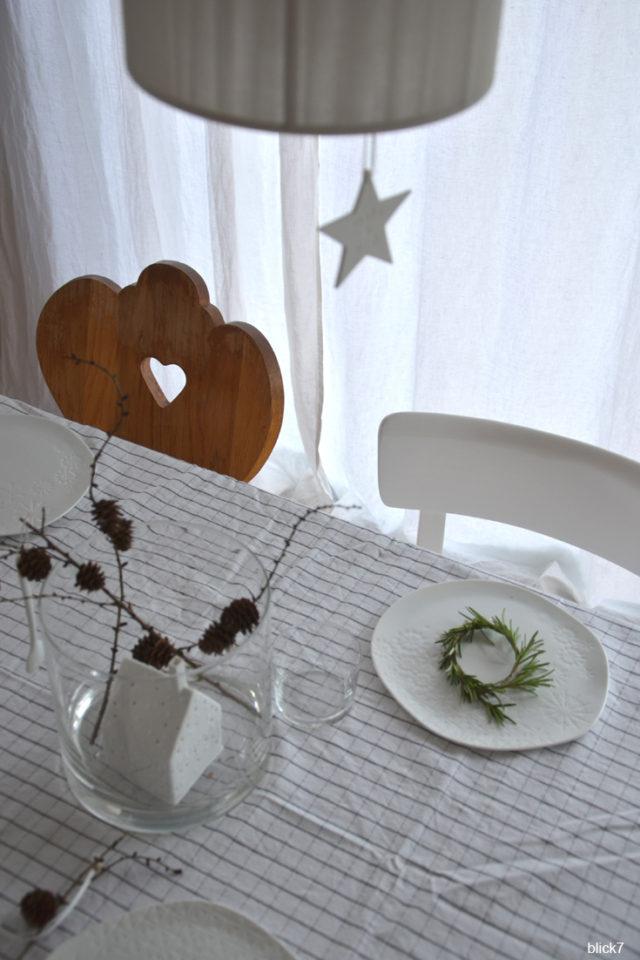Weihnachtstafel mit Rosmarin und Lärchenzweigen