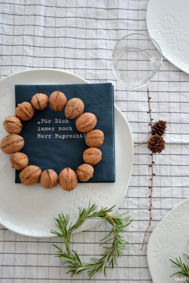 Weihnachtstafel mit Walnusskranz, Rosmarin und Lärchenzweig