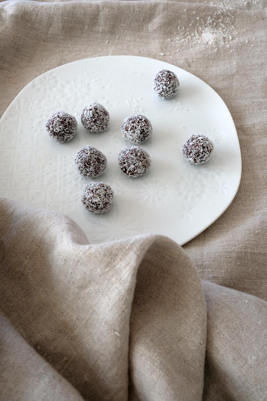 zuckerfreie Energiekugeln mit Datteln, Nüssen und Kokos | Energyballs